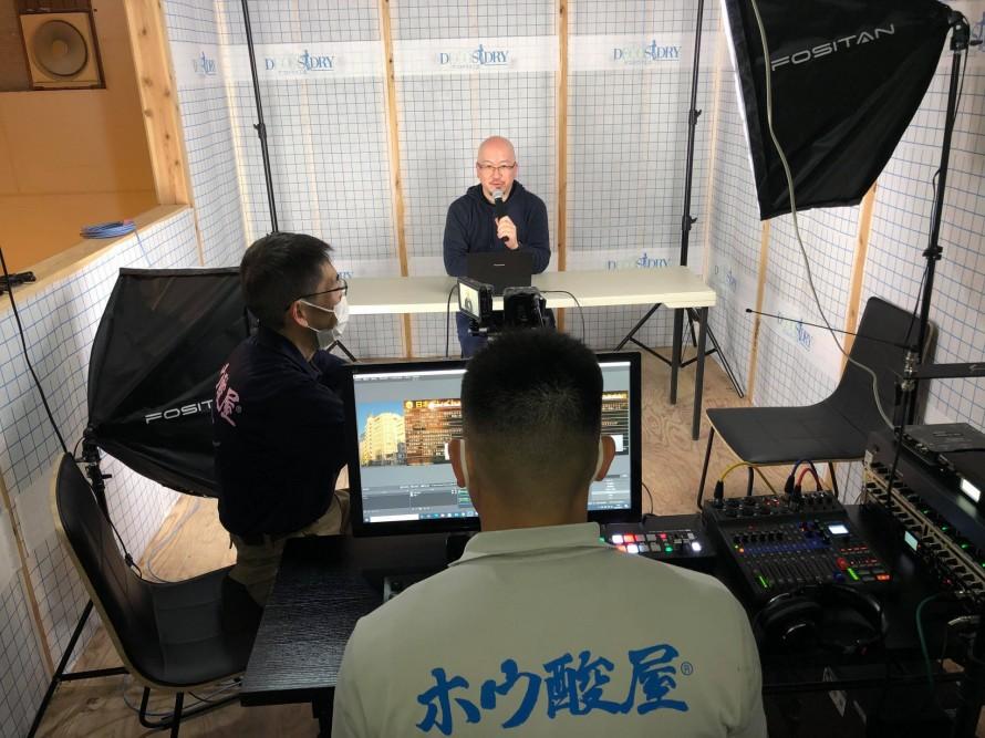 1人カラオケで悦に入る日本ボレイト・浅葉社長